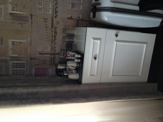 Hotel Indigo Glasgow: Minibar in room #413
