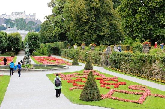 พระราชวังและสวนมิราเบลล์: view of palace gardens