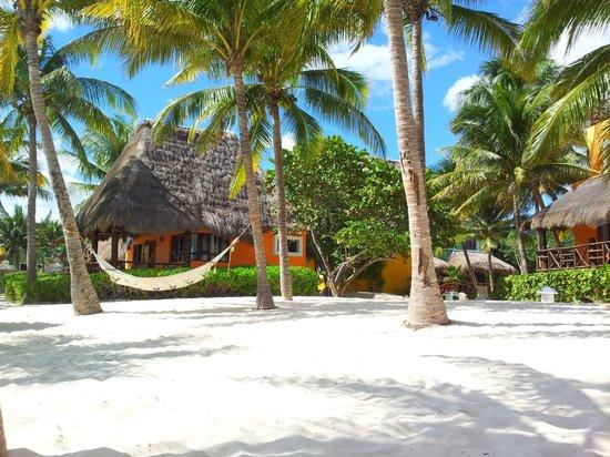 Mahekal Beach Resort: Hängematte auch am Strand