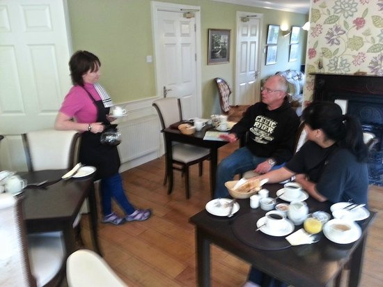 Robeen House: Bernice chatting with her guests at breakfast...