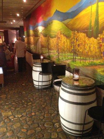 La Incidència del Factor Vi: vom Eingang gesehen, im hinteren Teil befindet sich das Restaurant