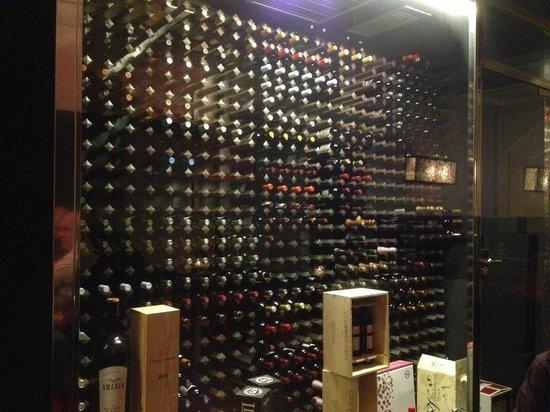 La Incidència del Factor Vi: der wunderschöne Wein-Klimaschrank als Blickfang.