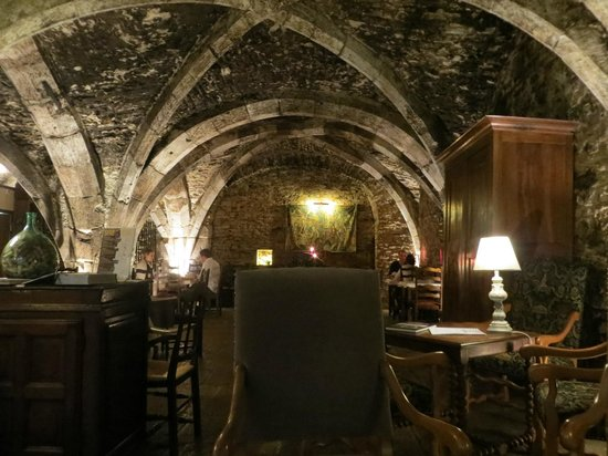 Abbaye de Maizières : Ancient wine cellar restaurant/lobby