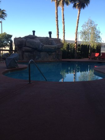 Hampton Inn Tropicana: Pool in the morning shade