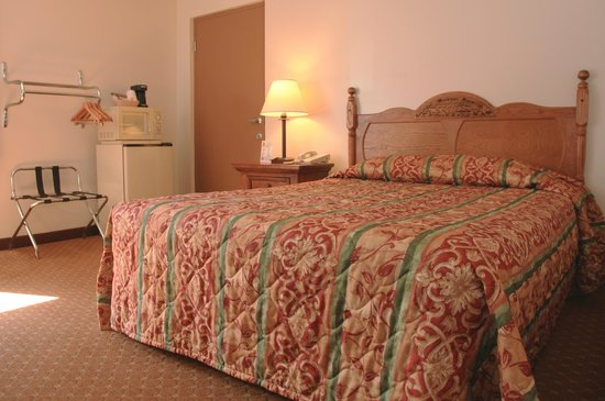 Super 8 Branson/Andy Williams Theatre: Single Queen Handicapped Accessible Room