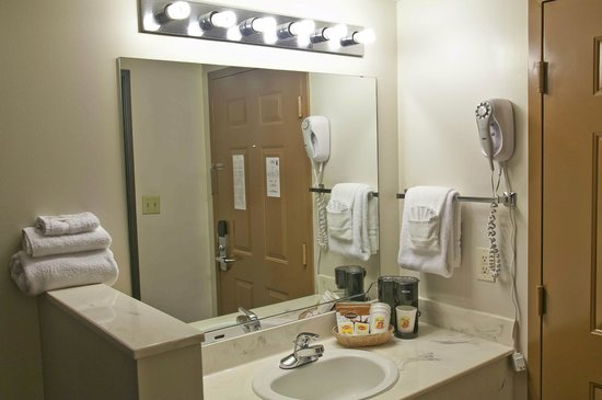 Super 8 Branson/Andy Williams Theatre: Standard Sink and Vanity Area