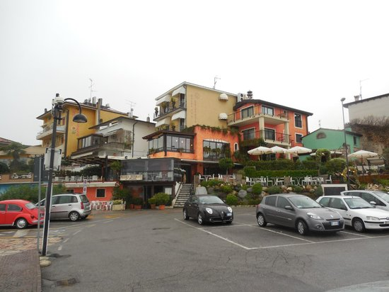 Hotel Belvedere : Convenient parking lot - looking toward the hotel
