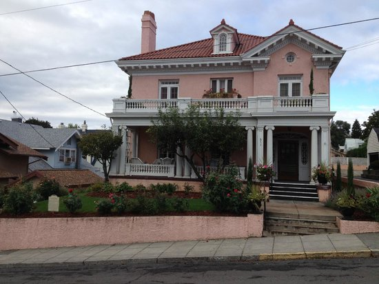 Pendleton House Historic Inn : a majestic home on the hill overlooking Pendleton