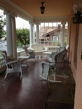 Pendleton House Historic Inn: Sitting porch with view of downtown