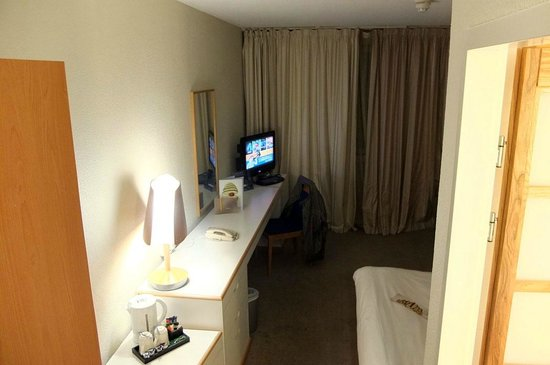 Novotel Glasgow Centre: Telly cannot easily be viewed from the bed