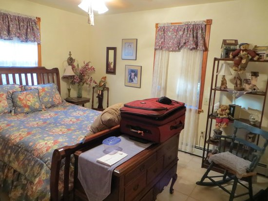 Sheppard's Place: bedroom overcrowded with useless furniture