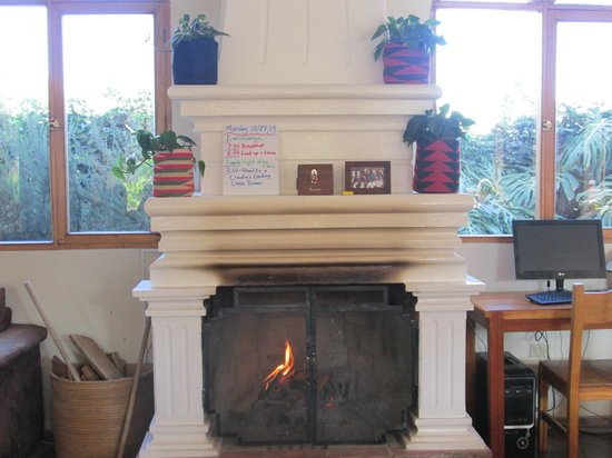 La Posada del Quinde: Lobby fireplace