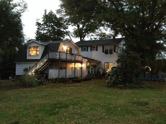 Bridgewater Inn & Cottage LLC: Back of the main house and cottage/studio apartment
