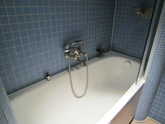 Hotel Im Wasserturm : salle de bain vieillotte