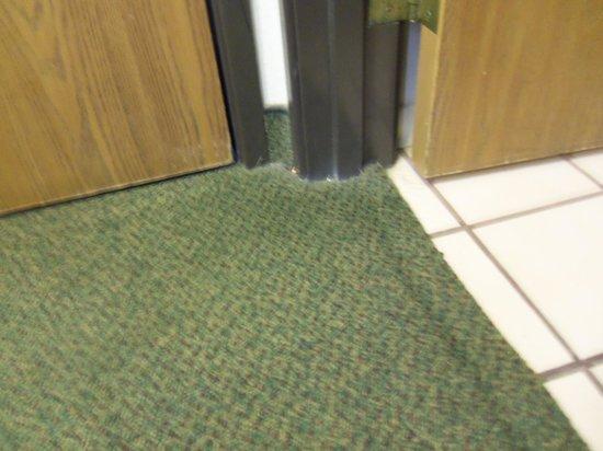 Albuquerque Inn & Suites: Dirt in corner