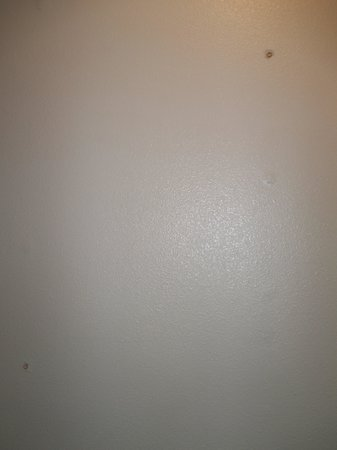 Albuquerque Inn & Suites: More wall board nails in bathroom