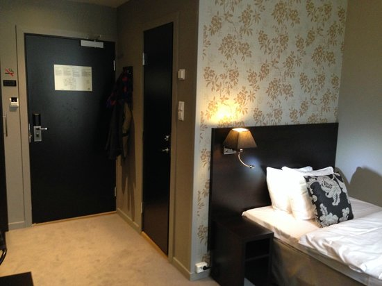 Saga Hotel Oslo: Room with wallpaper