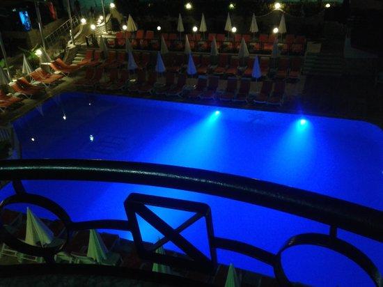 Krizantem Hotel: w ciągu dnia to najbardziej oblegany basen