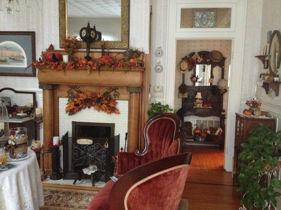 Belle Hearth Bed and Breakfast: Lovely fall decorations