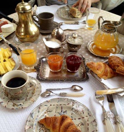 Le Manoir des Charmes: Petit déjeuner très sympa