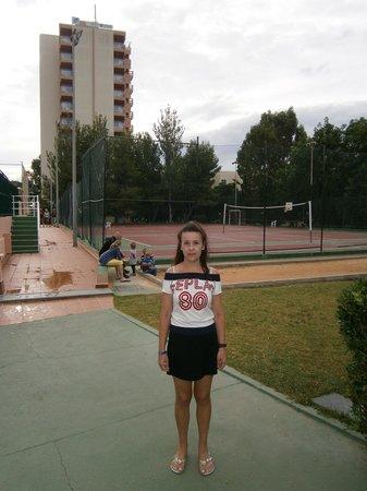 HYB Eurocalas : Pista Voleibol, baloncesto y al fondo el hotel