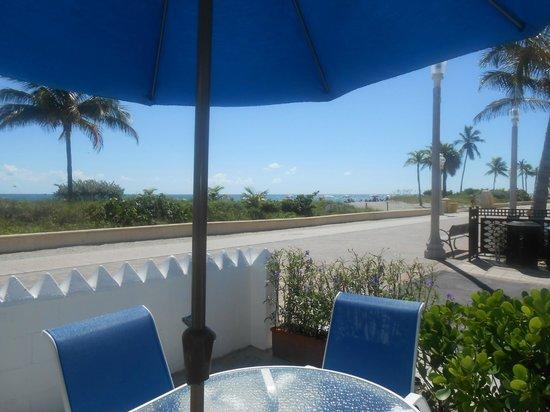 Paradise Oceanfront Hotel: Patio area