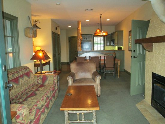 The Wilderness Club at Big Cedar: Lodge Living Room, bedrooms on each side