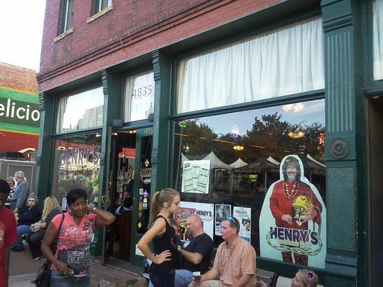 Henry's Louisiana Grill: Lots of life and food!