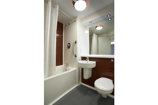 Travelodge Lytham St Annes: Bathroom with bath