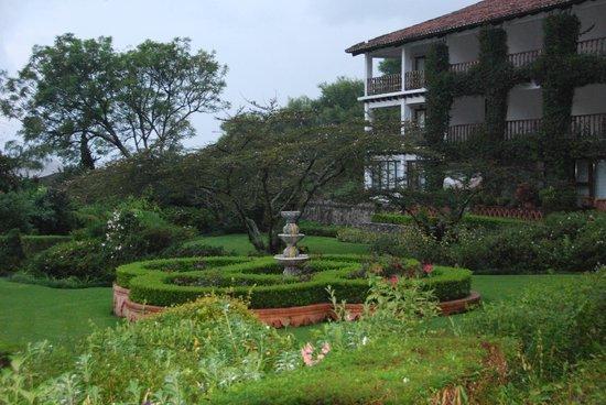 Hotel Atitlan: View into garden