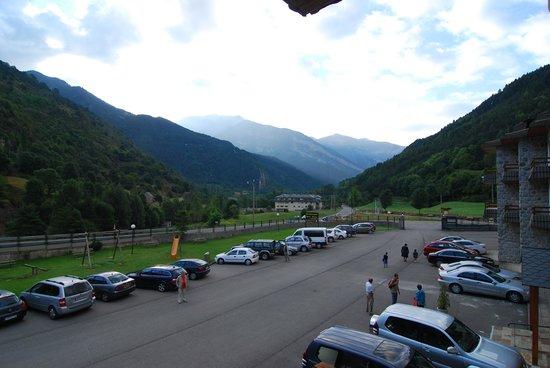 Hotel Bielsa: Parking y entrada principal