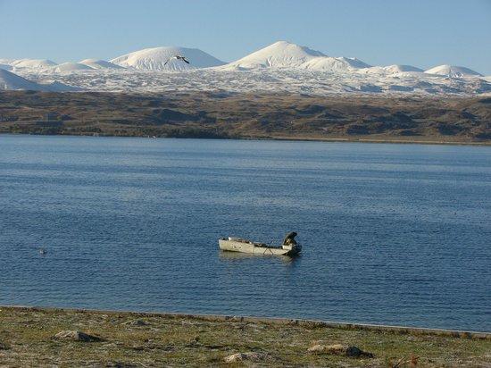 Lake Sevan, Armenia: В октябре уже снег в ближайших горах