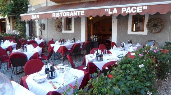 Ristorante La Pace: gedeckte Tische laden zum Verweilen