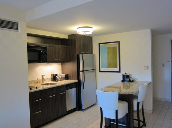 Hampton Inn & Suites Chicago - Downtown: Kitchen/Dining area
