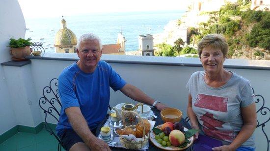 Residence La Tavolozza: Breakfast on the balcony with a great view