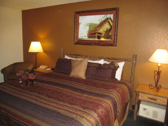 AmericInn Lodge & Suites Cody - Yellowstone: AmericInn Lodge & Suites Cody: room with bed
