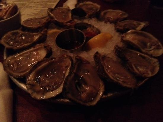 Pearlz Oyster Bar : raw oysters