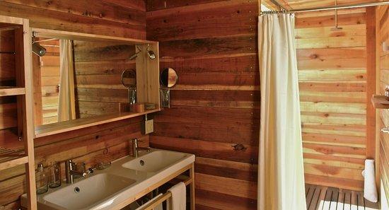 Cabanas Cuatrocuatros: Baño totalmente equipado