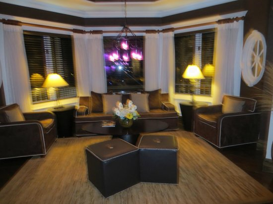 Danford's Hotel & Marina: Lobby (sorry it's blurry)