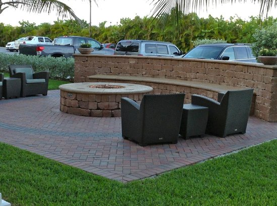Residence Inn Cape Canaveral Cocoa Beach: Fire Pit Area