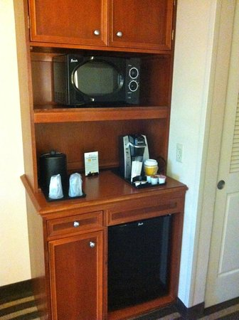 Hilton Garden Inn Ft. Lauderdale Airport-Cruise Port: Microwave and refrigerator center with coffeemaker