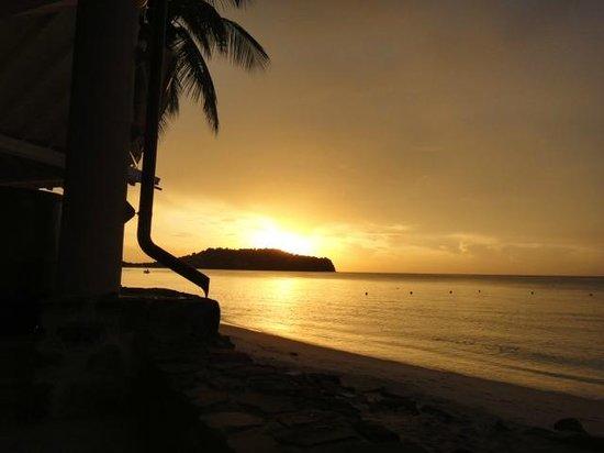 Rendezvous Resort: Beautiful sunset from bar area