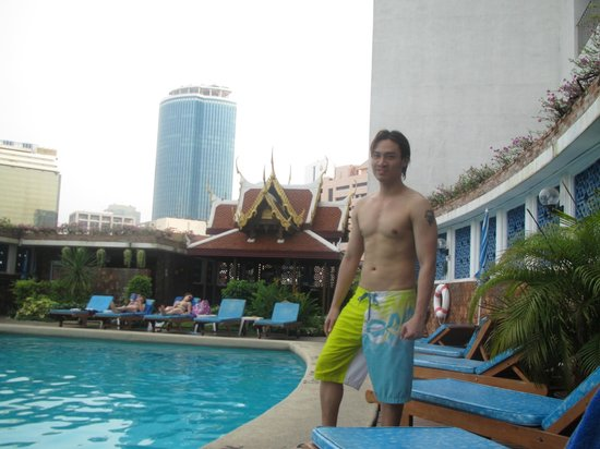 Montien Hotel Bangkok: My friend yancy at the pool deck