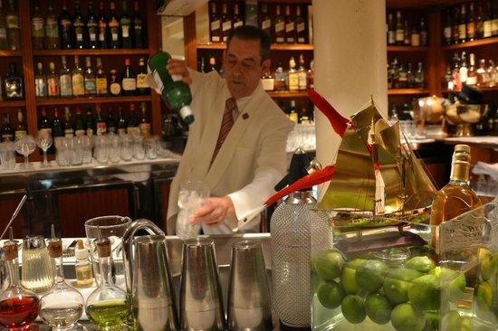 Milano Cocktail Bar: Barman Angel y su buena técnica
