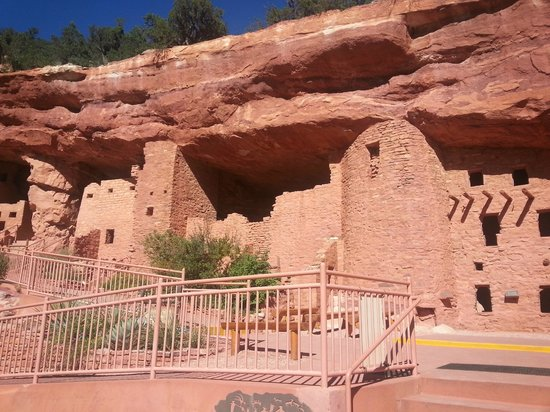 Manitou Cliff Dwellings : cave dwellings