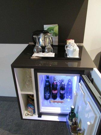 Dorint Hotel Hamburg-Eppendorf: Minibar und Wasserkocher