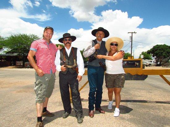 The Wyatt Earp Theatre: Buiten op de foto met de spelers.