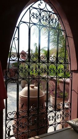 Riad Alegria: Vue depuis une alcove sur la terrasse