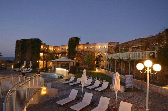 Bella Beach Hotel : Bâtiments et piscine le soir