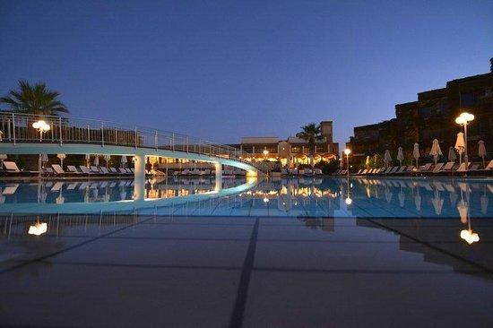 Bella Beach Hotel : Piscine la nuit